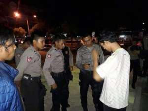Amiruddin (baju putih) tengah dimintai keterangan oleh petugas kepolisian