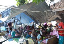 Para pengungsi dewasa bersama anak-anak dan balita di salah satu kamp pengungsian di Kecamatan Batu Layar (istimewa)