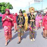 para peserta nyongkolan berjalan beriringan memeriahkan gelaran Millennial Road Safety Festival di Lombok Barat. (istimewa)