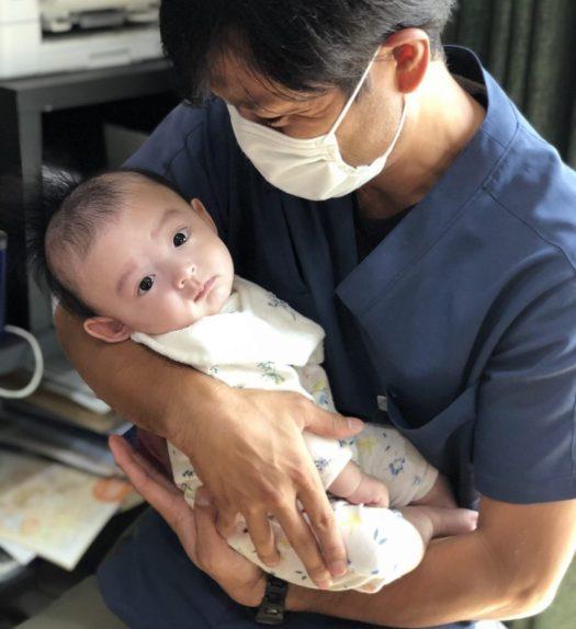かわいい赤ちゃんを抱っこ