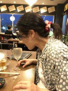 ワイングラスで冷酒を味わう