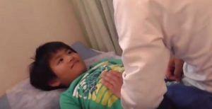 小児はりの腹診実技の写真