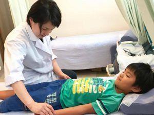 小児はりの脈診実技の写真
