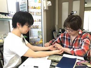 鍼道五経会の東京講座での脈診実技の風景写真