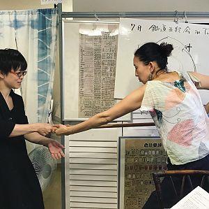 鍼道五経会で杖を使った体の二軸を指導する若林理砂川先生