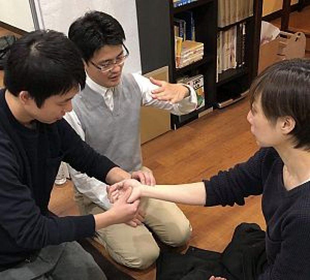 鍼道五経会、東京講座にて脈診実技風景