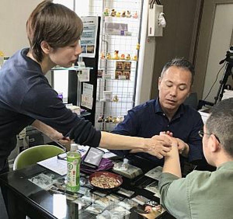 後輩の指導を行う藤川先生