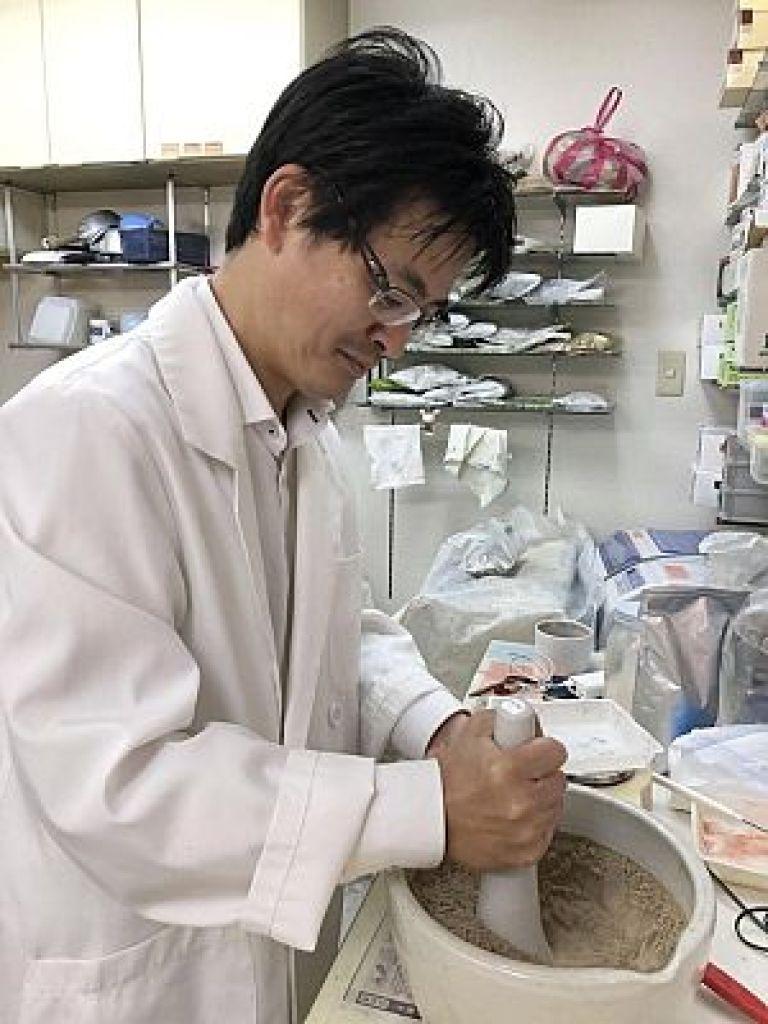 新潟のマツヤ薬局にて地黄丸作り