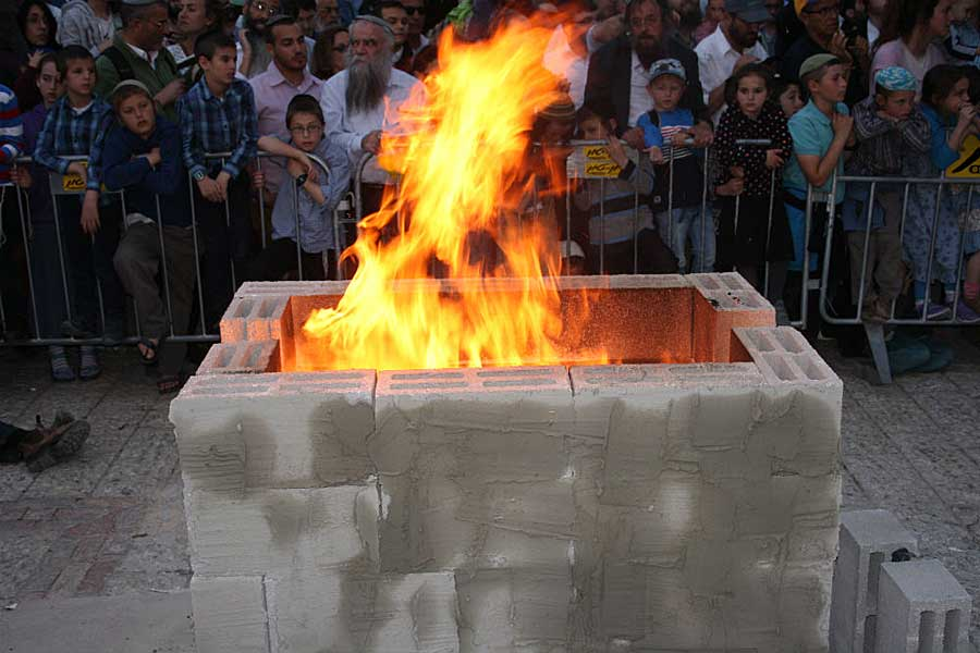 FOTO: Para Imam Yahudi Mempersembahkan Kurban Paskah di Area Gunung Bait Suci