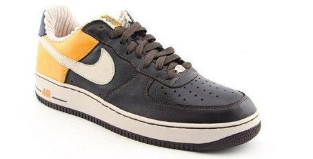 black fine snecakers by nike