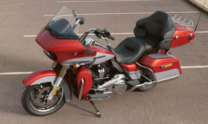 Motocykel Harley-Davidson touring Road Glide Ultra 114 farba Wicked Red/ Barracuda Silver