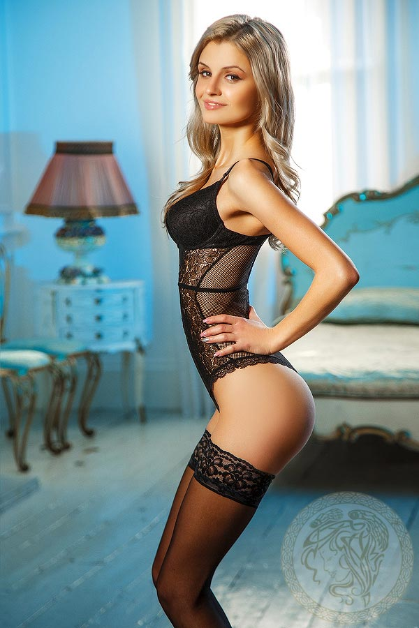 Petite-Blonde-london-escort-nancy-5
