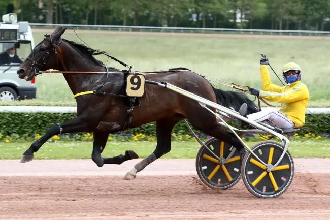 Valentin Desbriel | Earl Simon (Franck Ouvrie) winning the $120,000 Prix des Ducs de Normandie on Wednesday at Caen.