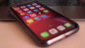 Un smartphone avec diverses applications de réseaux sociaux
