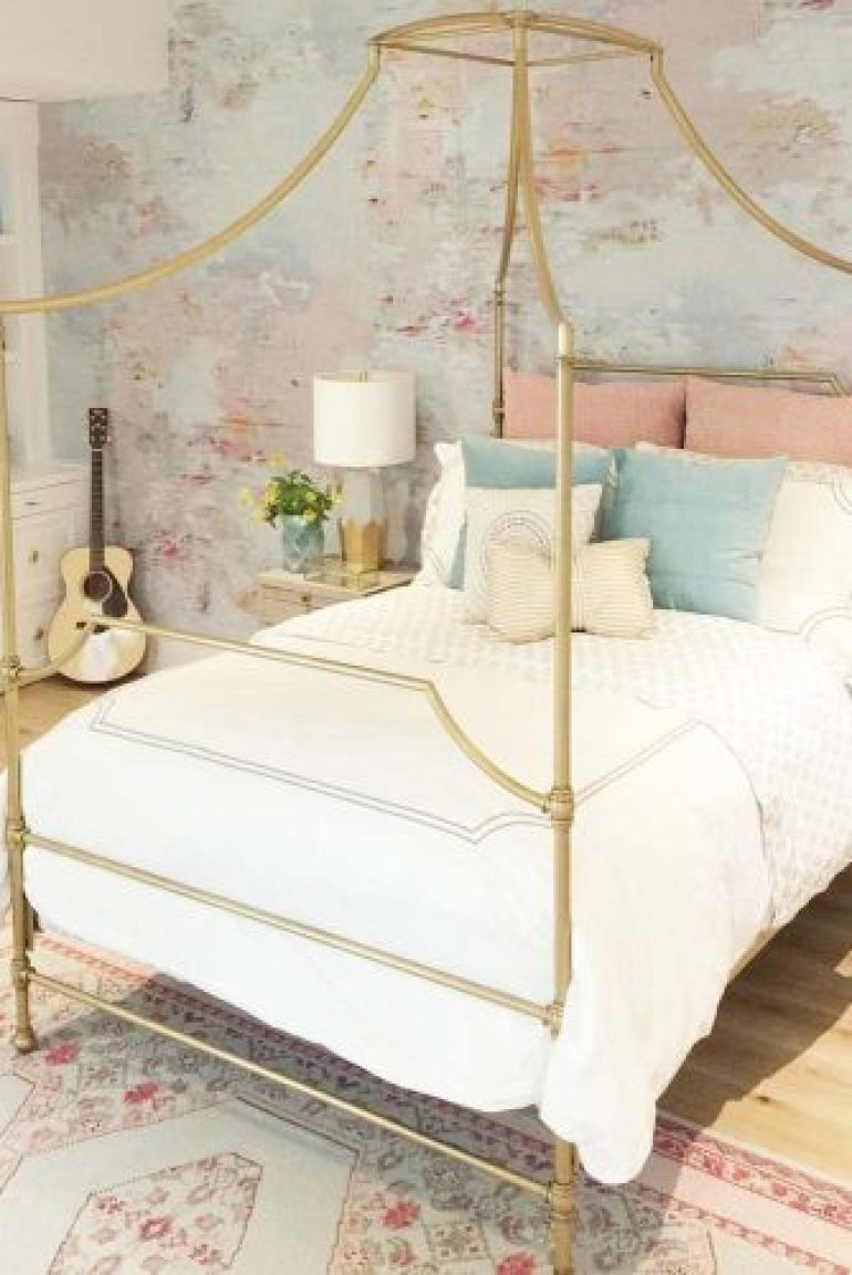Teenage Girl's Bedroom Ideas - Cute Vintage Teen Bedroom Idea - Harpmagazine.com