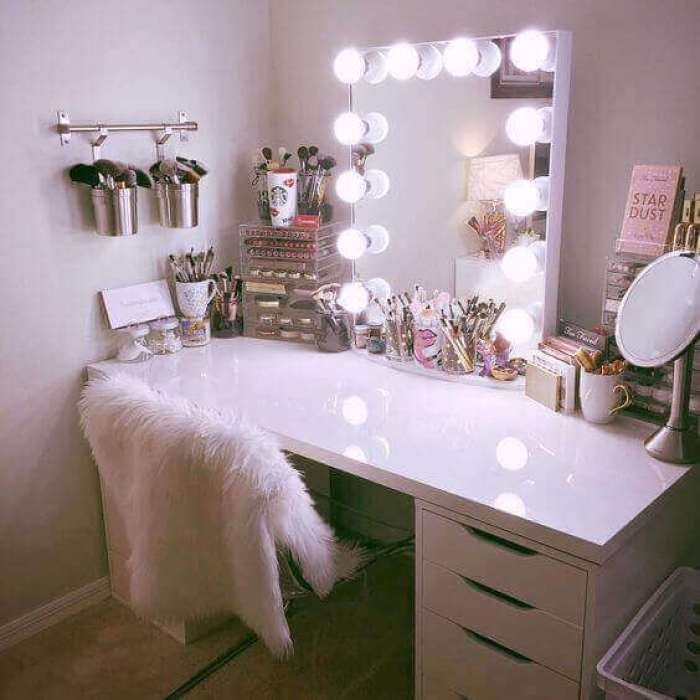 Hollywood Style DIY Vanity Mirror with Lights - Harptimes.com