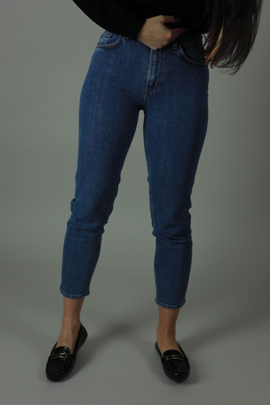 The High waist Lena jean is 98% cotton and 2% Elastane. Lena The Hague jean is cropped for summer style , designed for comfort thesehigh quality jeans will meet every new year with you. Front view.