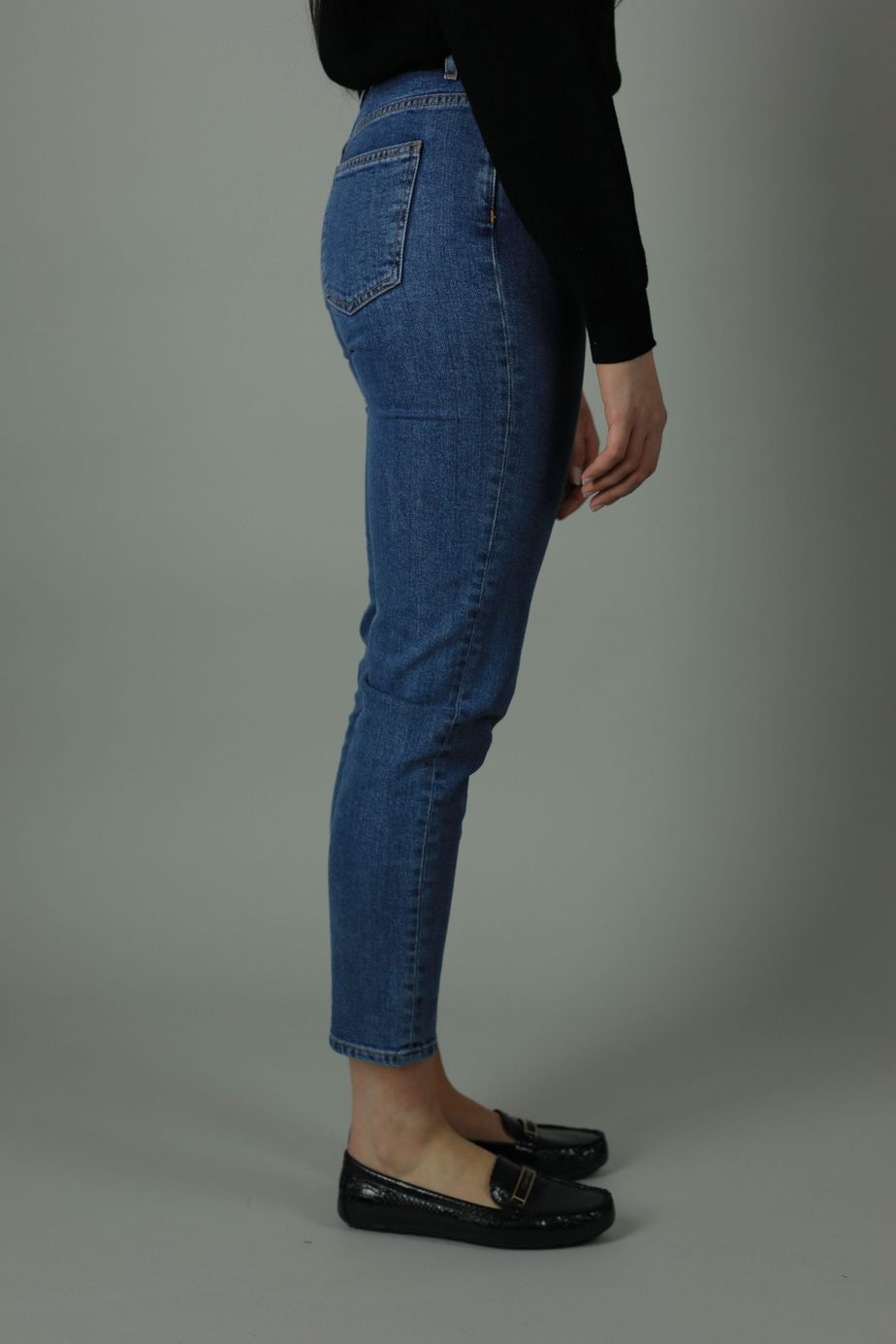The High waist Lena jean is 98% cotton and 2% Elastane. Lena The Hague jean is cropped for summer style , designed for comfort thesehigh quality jeans will meet every new year with you. Side view.