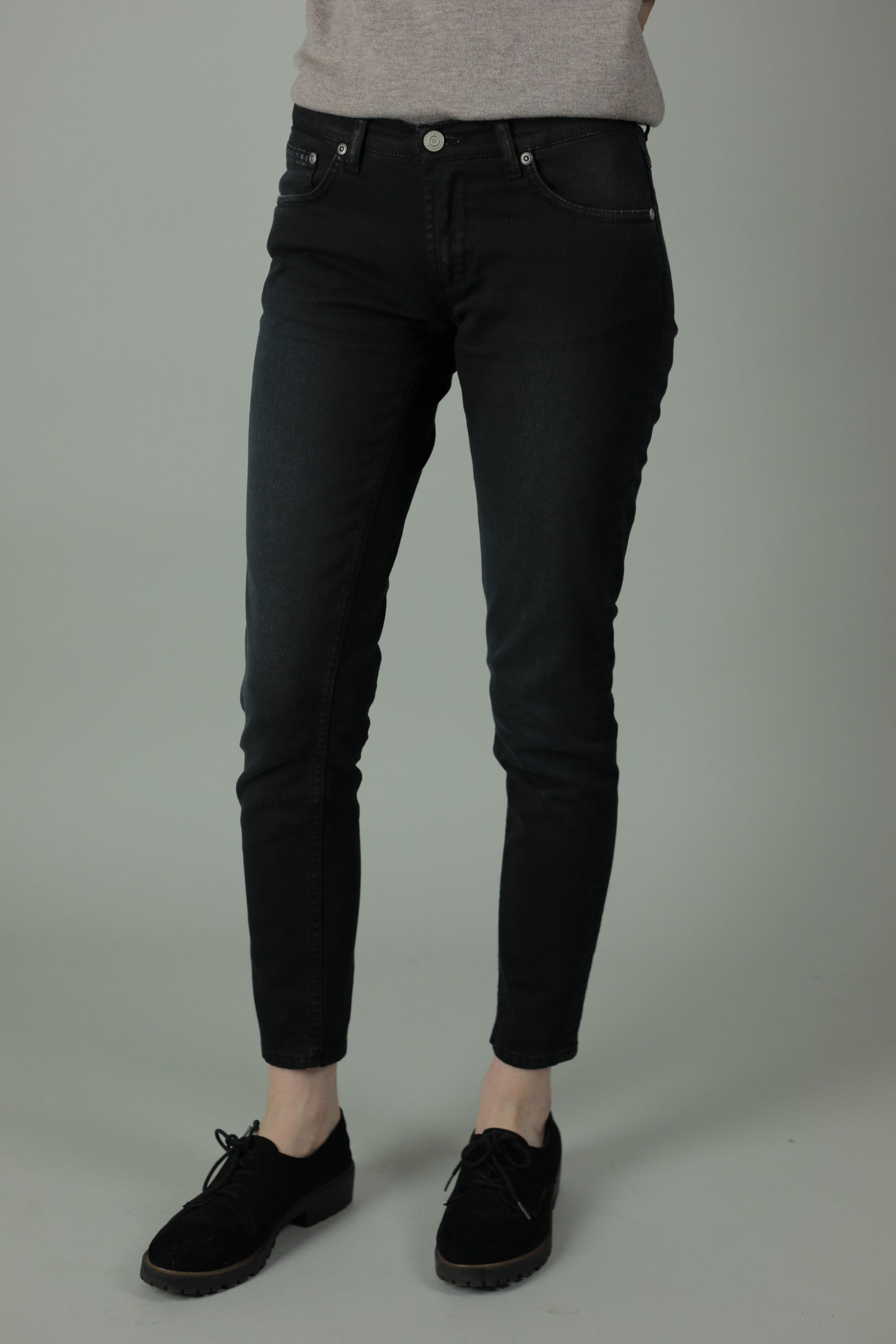 With 98% cotton and 2% elastane Meghan Jean is the skinny leg medium waist fit built for durability. The Meghan Paris White & Black jeans are made with super-stretchy denim for a comfortable feel, fit and style year after year.
