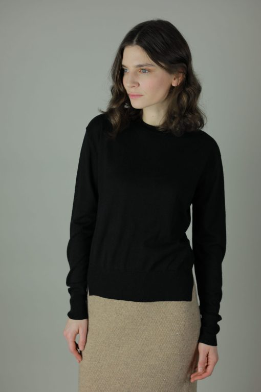The light woollen Dee sweater is styled simply to go with any outfit, layered, oversized or made to fit, how you wear it is up to you. Featuring a round neck and full sleeves, any season wear.