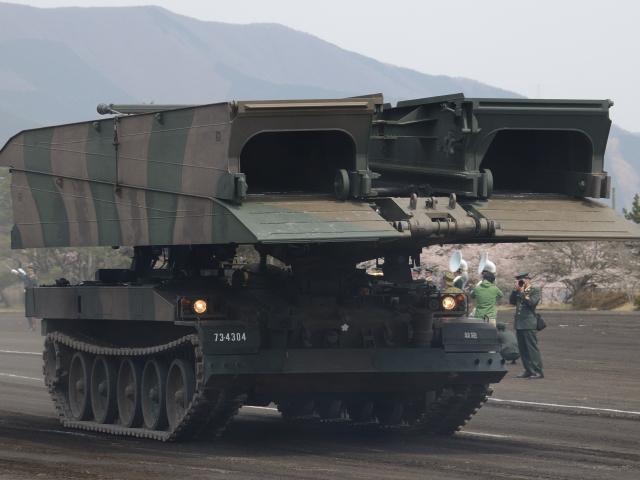 防衛出動発令により、移動の大変な自衛隊車両の為に、道路を優先的に使用出来る
