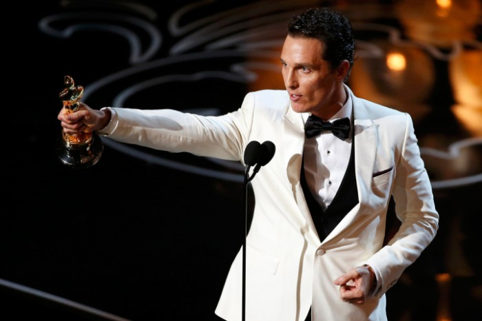 Matthew McConaughey accepts the Oscar March 2, 2014.   REUTERS/Lucy Nicholson (UNITED STATES  - Tags: ENTERTAINMENT)  (OSCARS-SHOW)