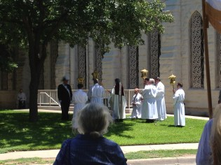 A stational stop on the procession route.