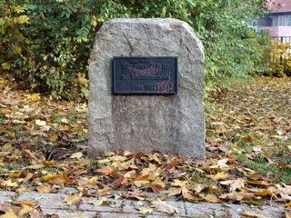 Bild: Gedenkstein zu Ehren der Opfer der Trichinenepidemie im Stadtpark von Hettstedt.