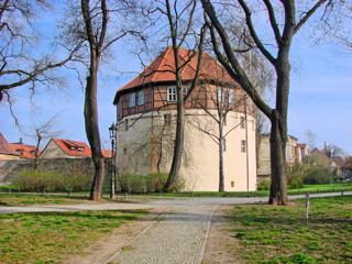 Bild: Überall in Aschersleben sind auch heute noch ausgezeichnet erhaltene Reste der Stadtmauer erhalten. Hier das RONDELL von 1507 am Doktor-Wilhem-Kültz-Platz.