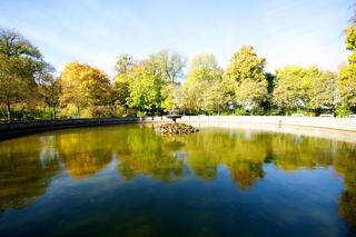 Bild: Wasserbecken und Springbrunnen im Nordteil des Schlossparks zu Ballenstedt.