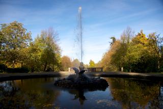 Bild: Das wasserspeiende Ungeheuer Lindwurm mit bis zu 16 Meter hoher Wasserfontäne im Schlosspark zu Ballenstedt.