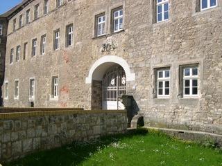 Bilder: Das Eingangstor des Schlosses zu Schochwitz mit dem Wappenfries.