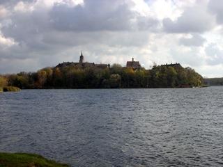 Bild: Das romantische Schloss Seeburg am Süßen See bei Eisleben.