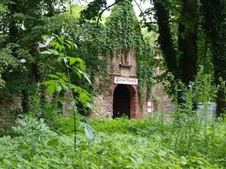 Bild: Der Eingang zur ehemaligen Festung und heutigem Schloss Mansfeld auf der Ostseite.