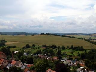Bild: Blick von der Bastion Mine des Schlosses zu Mansfeld auf die Rabenskuppe.