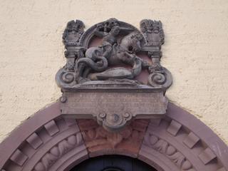 Bild: Der Heilige Georg ist in Mansfeld allgegenwärtig. Hier am ehemaligen Rektorat neben dem Rathaus.