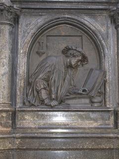 Bild: Die südliche Reliefplatte am Lutherdenkmal zu Eisleben.