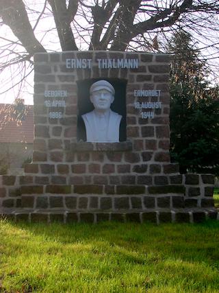 Bild: Denkmal zu Ehren des Arbeiterführers Ernst Thälmann an der ehemaligen Polytechnischen Oberschule ERNST SCHNELLER in Polleben.