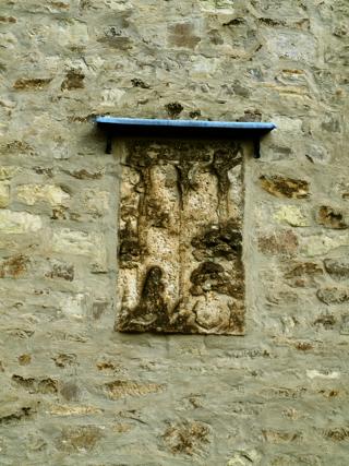 Bild: Die Kirche St. Margarethen zu Aschersleben. Grabplatte aus der Zeit der Renaissance am Westportal der Kapelle.