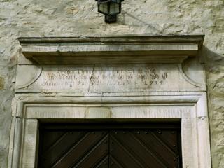 Bild: Die Kirche St. Margarethen zu Aschersleben. Detailansicht der Inschrift am Südportal.