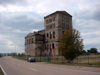 Bild: Der Malakoff-Turm von Helbra ist eine der imposantesten Industrieruinen des Mansfelder Landes.