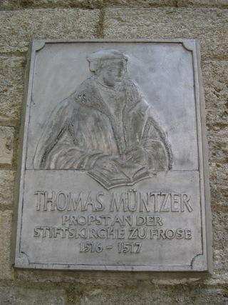 Bild: Diese Tafel an der Wand der Kirche St. Cyriacus zu Frose erinnert an die Tätigkeit Thomas Müntzers an dieser Kirche.