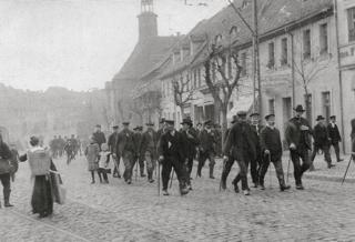Bild: Streikende Arbeiter in Eisleben auf dem Breiten Weg im Jahre 1909. Die Streiks legten oft die Wirtschaft und Infrastruktur einiger Städte komplett still. Dieses Bild ist gemeinfrei, weil seine urheberrechtliche Schutzfrist abgelaufen ist.