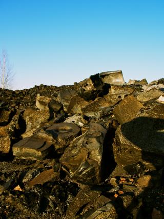 Bild: Reste von Schlackeprodukten auf der Halde der ehemaligen Krughütte bei Eisleben.
