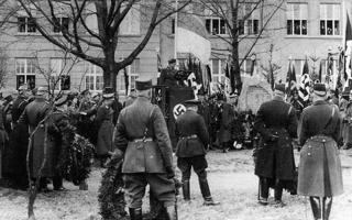Bild: Einweihung eines Gedenksteines zu Ehren der 14 während der Märzkämpfe 1921 gefallenen Polizeibeamten vor der staatlichen Lutherschule (heute Luthergymnasium) am Karl-Eitz-Weg in Eisleben im Jahre 1934. Der Gedenkstein existiert heute nicht mehr. Dieses Bild ist gemeinfrei, weil seine urheberrechtliche Schutzfrist abgelaufen ist.