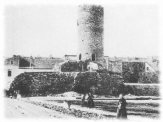 Bild: Die Ruine des Bergfriedes des Schlosses von Eisleben in einem Foto des späten 19. Jahrhunderts. Dieses Bild ist gemeinfrei, weil seine urheberrechtliche Schutzfrist abgelaufen ist.