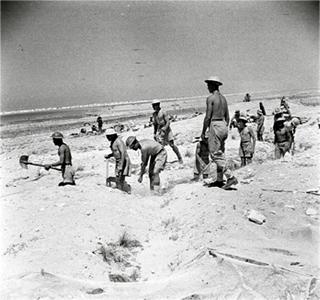 Bild: Britische Soldaten beim Ausheben von Verteidigungsstellen in der ERSTEN SCHLACHT VON EL ALAMEIN. Dieses von der Regierung des Vereinigten Königreichs erstellte Werk ist der public domain, da es von der Regierung des Vereinigten Königreichs vor dem 1. Juni 1957 erstellt wurde.