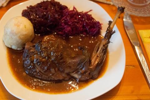 Bild: Der Hasenbraten mit Semmelknödel, geschmortem Rotkraut und Rotkrautsalet.