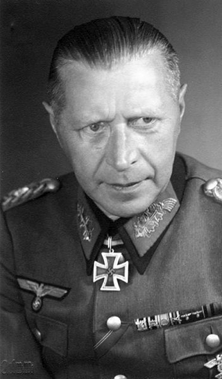 Bild: General Helmuth Weidling mit Ritterkreuz. Deutsches Bundesarchiv (German Federal Archive), Bild 146-1983-028-05