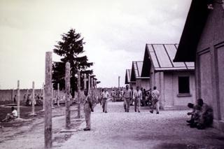Bild: Steinbaracken im Konzentrationslager Dachau 1933. Fotografie von Friedrich Franz Bauer im Auftrag der SS. Foto © 2010 Birk Karsten Ecke - Gedenkstätte Konzentrationslager Dachau.